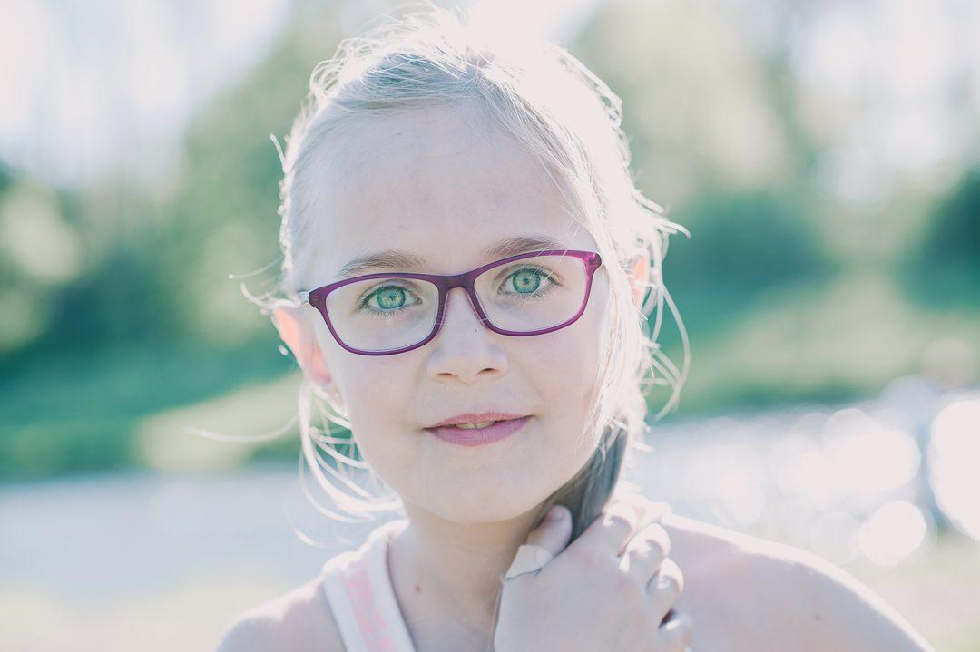 lila Brille für junges Mädchen