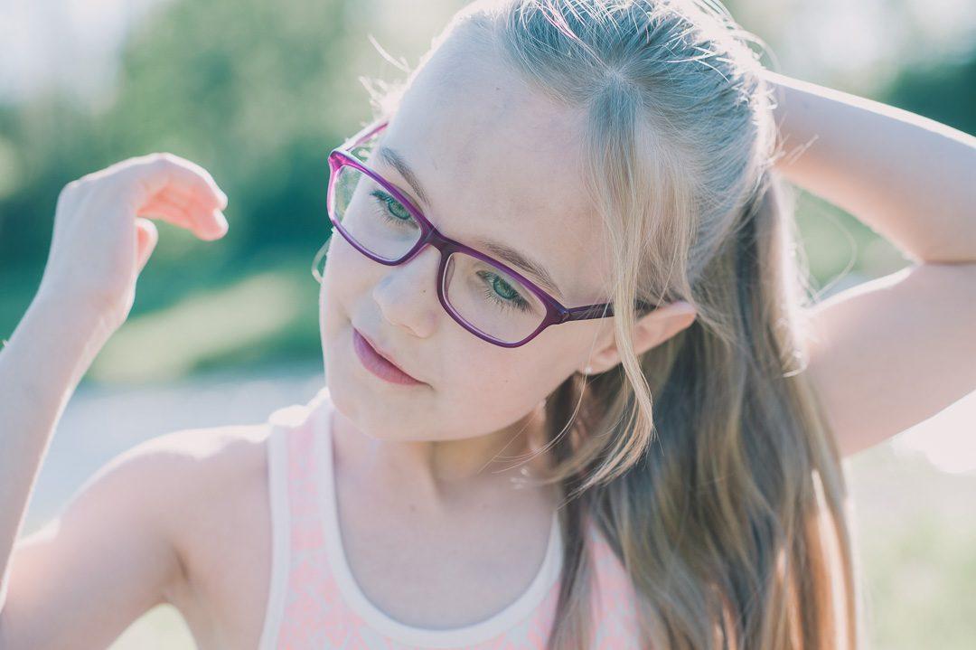 Mädchen mit Brille und Pferdeschwanz