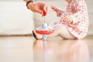 Brummkreisel und Baby auf Familienfotos