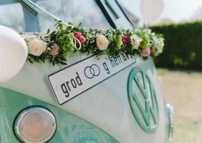 türkis farbener VW Bulli auf Hochzeitsfoto