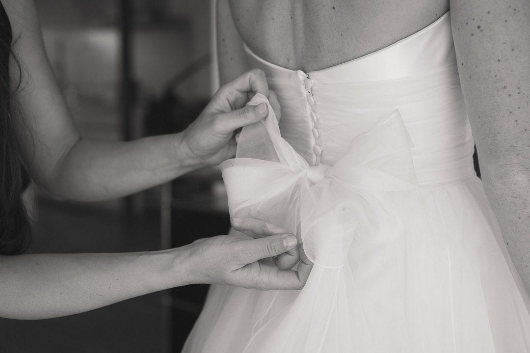 Große Schleife an bodenlangem Hochzeitskleid