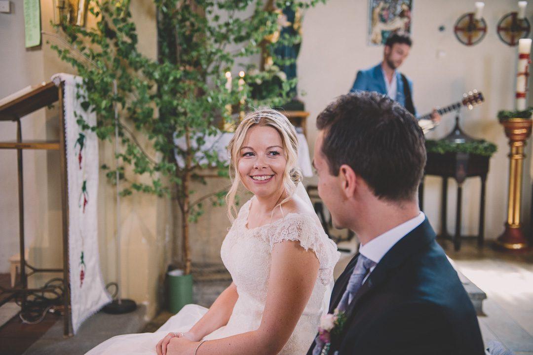 Glückliches Brautpaar in Herz Jesu Kirche Harburg