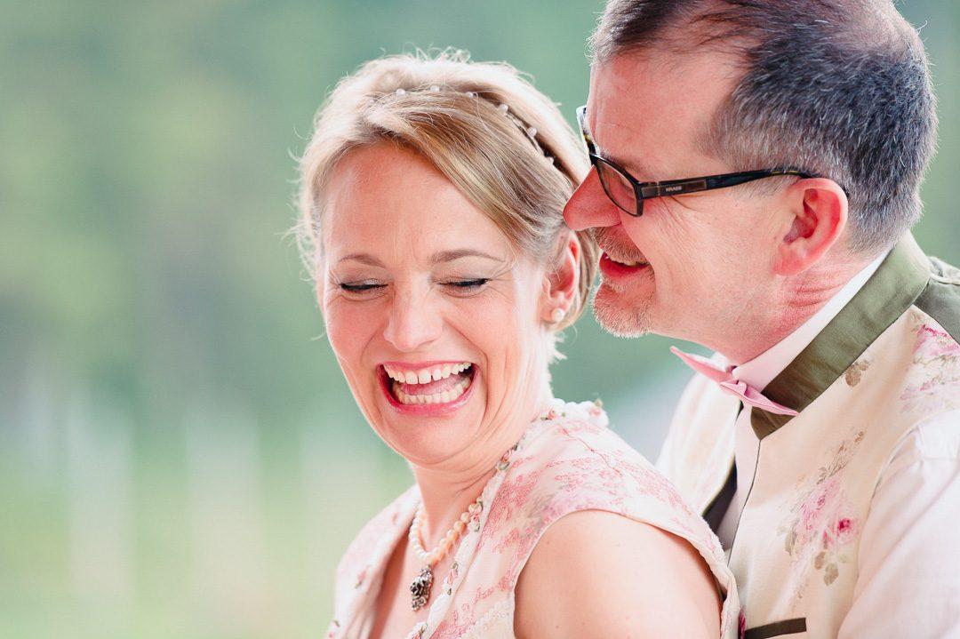 Brautpaar in Hochzeitsdirndl und Trachtenanzug