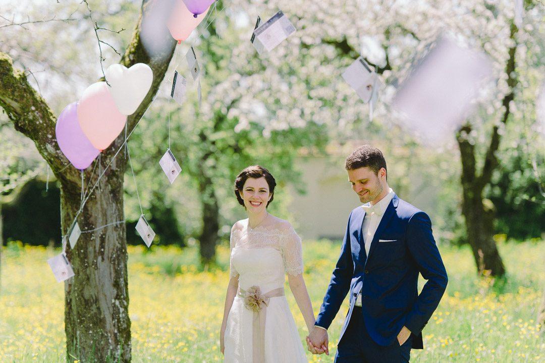 Glückliches Brautpaar im Obstgarten