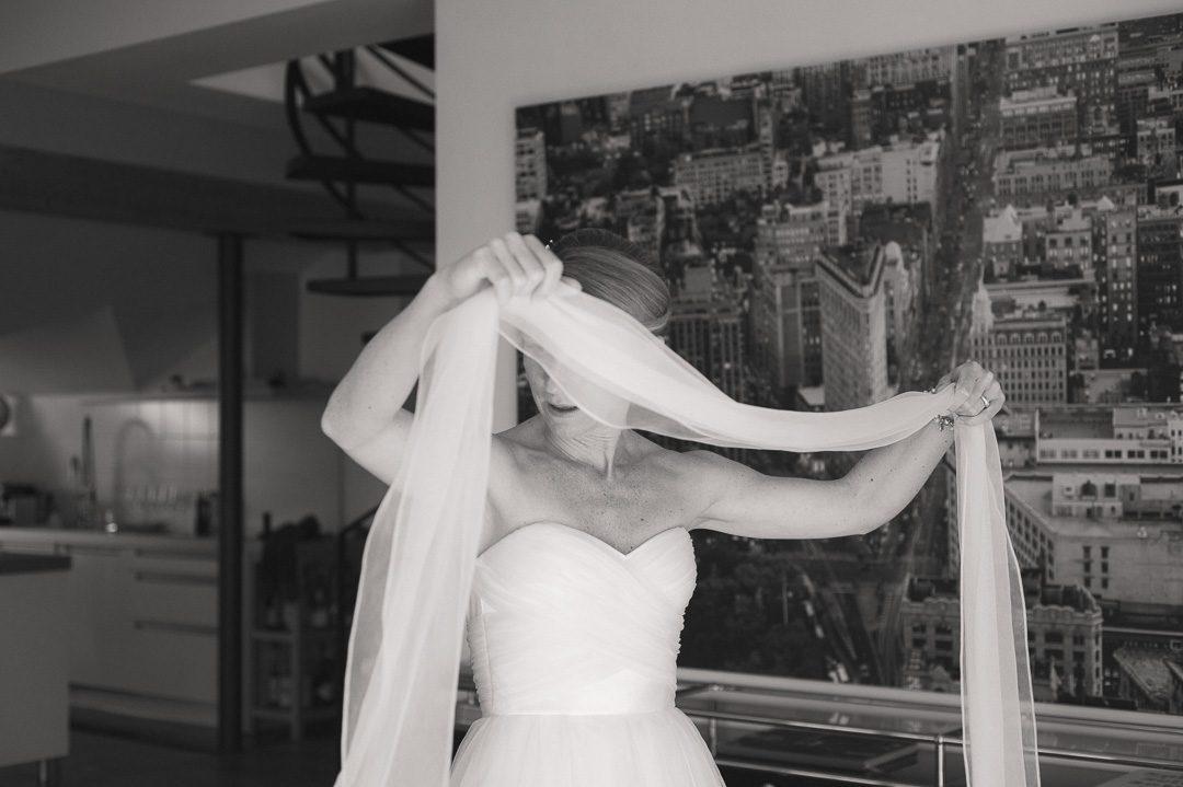 Schleife wird an Hochzeitskleid befestigt