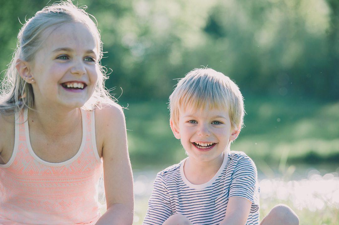 Geschwister lachen