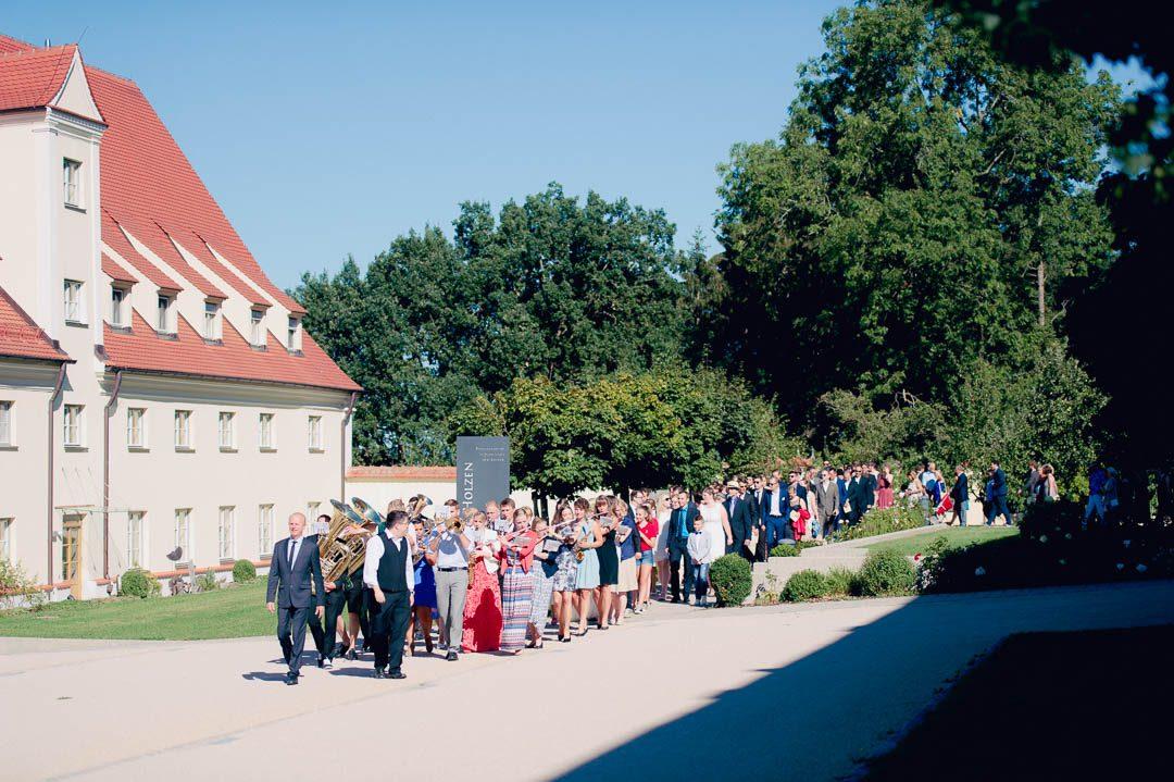 Umzug mit Blaskapelle Hochzeit Kloster Holzen Allmannshofen