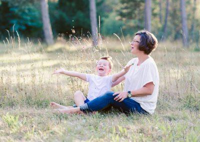 Mutter und Sohn werfen Konfetti während Fotoshooting mit Fotograf Petsy Fink