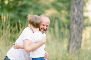 Herzliche Umarmung Vater Sohn Königsbrunn Kinderbild