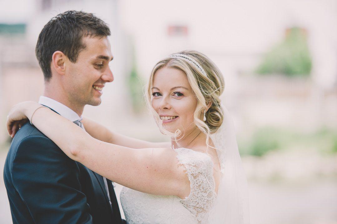 Blond Braut mit Hochsteckfrisur