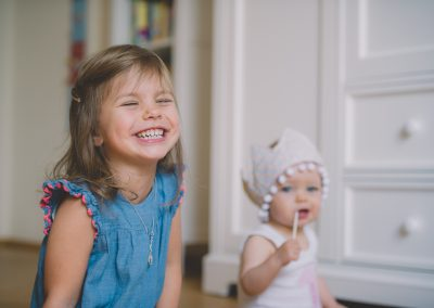 Mädchen feiert ersten Geburtstag mit Schwester