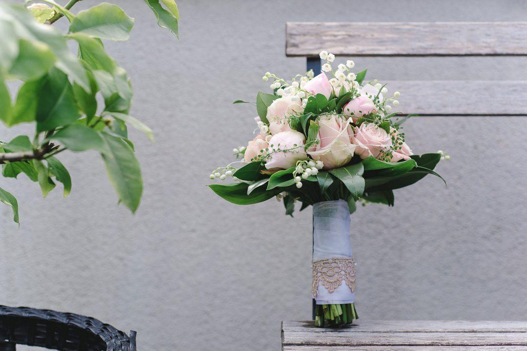 rosa Brautstrauß mit Spitze