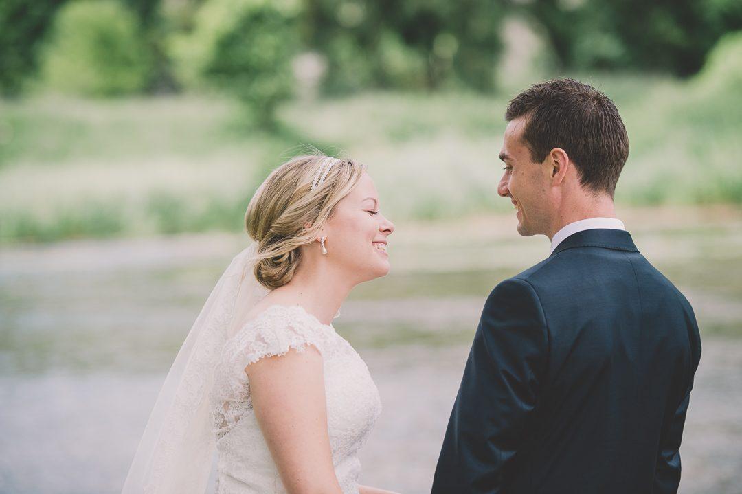 Lachende Braut mit Schleier