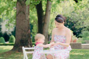 Tee Party Hofgarten Augsburg mit Mutter und Tochter in Blumenkleid