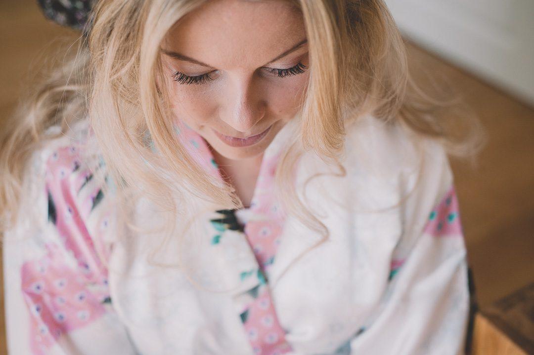 Schöne blonde Braut beim Getting Ready
