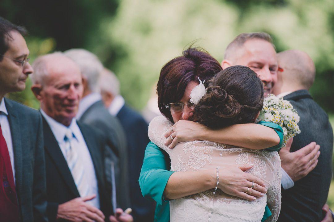 Mutter und Tochter umarmen sich bei Hochzeit