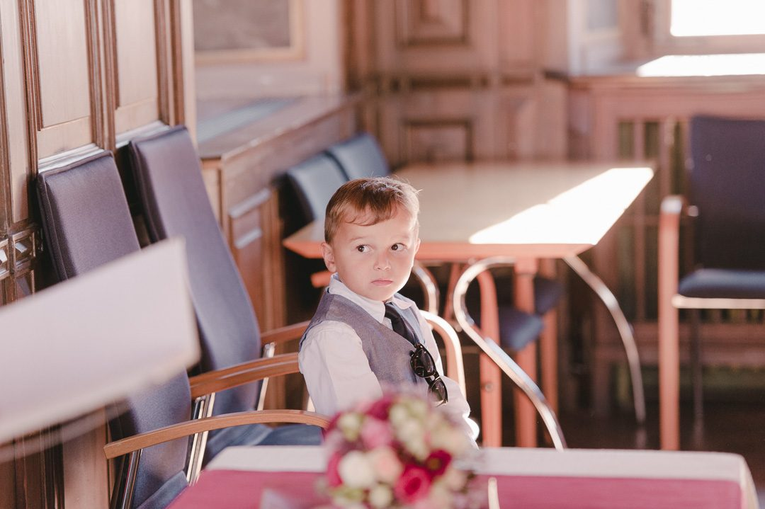 kleiner Junge bei standesamtlicher Trauung Standesamt Friedberg Bayern