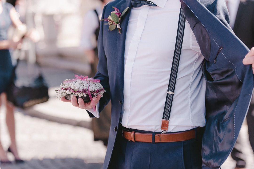 Bräutigam mit Hosenträger