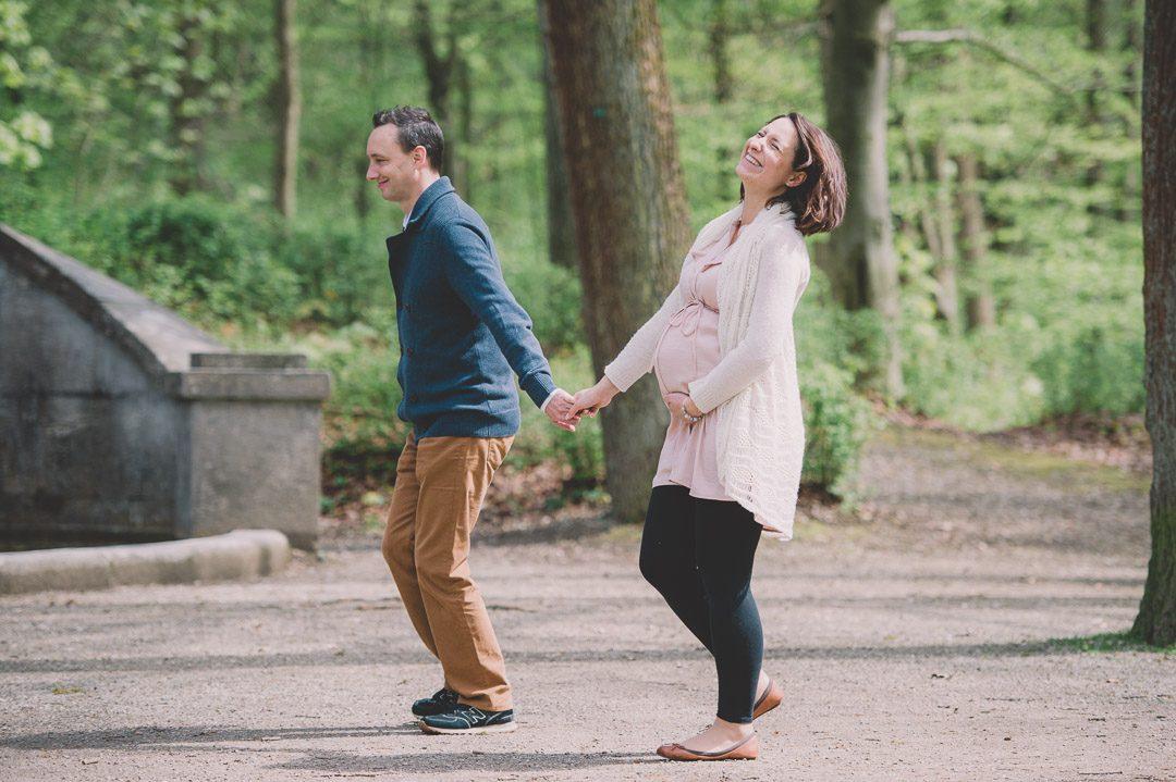 schwangere Eltern freuen sich aufs Baby