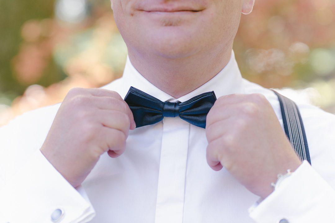 Bräutigam mit blauer Fliege