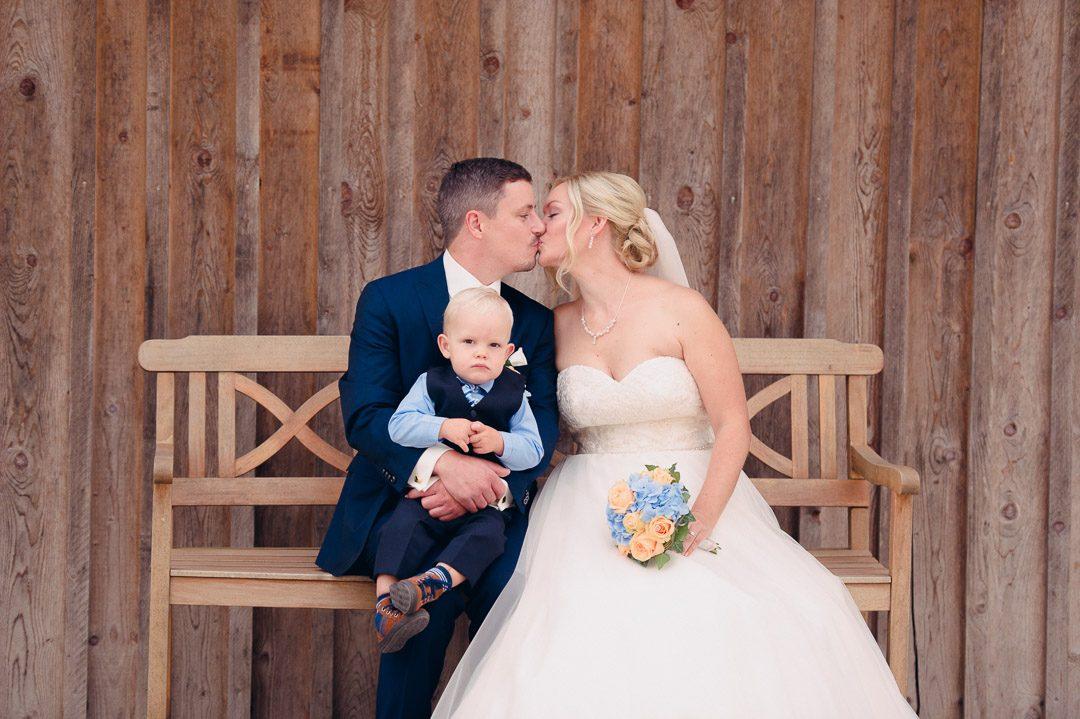 Brautpaar mit Sohn bei Hochzeit