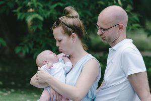 Junge Eltern mit neugeborenem Sohn Leo