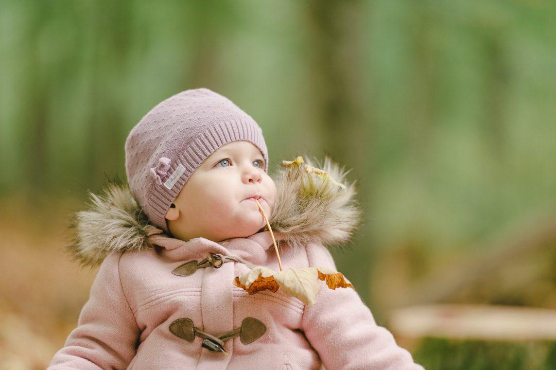 Kinderfoto mit Herbstlaub