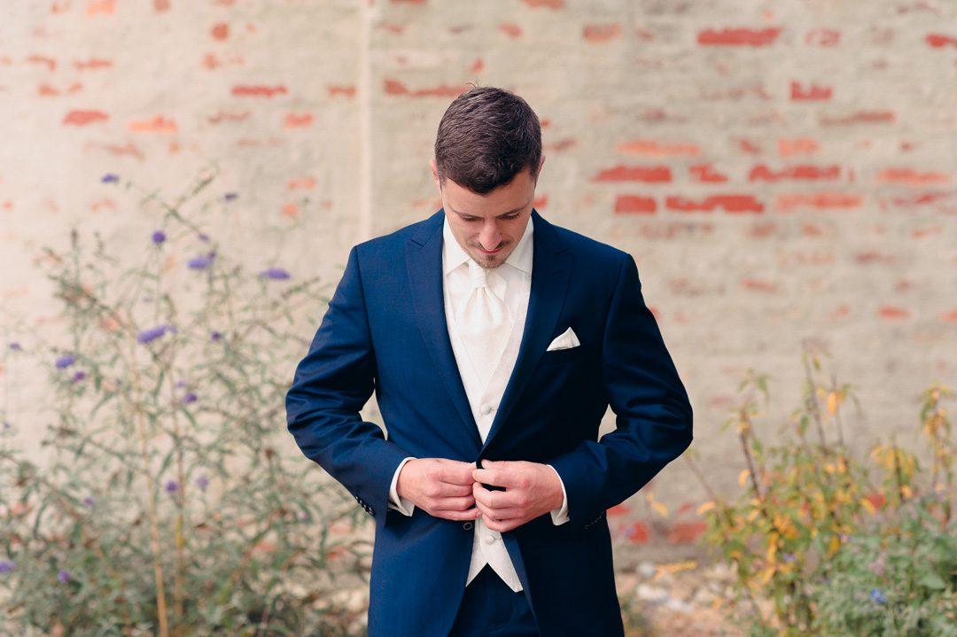 Blauer Anzug Bräutigam Portrait von Petsy Fink