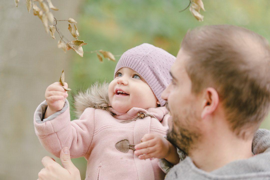 Herbstlaub und bunte Blätter während Familienbilder in Augsburg