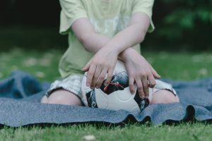 Junge mit Fußball Foto