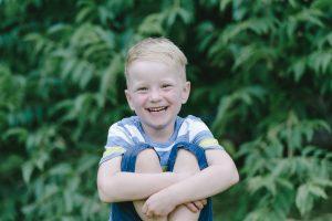 Lachender Junge während Familienbilder mit Petsy Fink