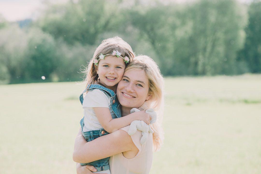 Mutter und Tochter umarmen sich in Aichach