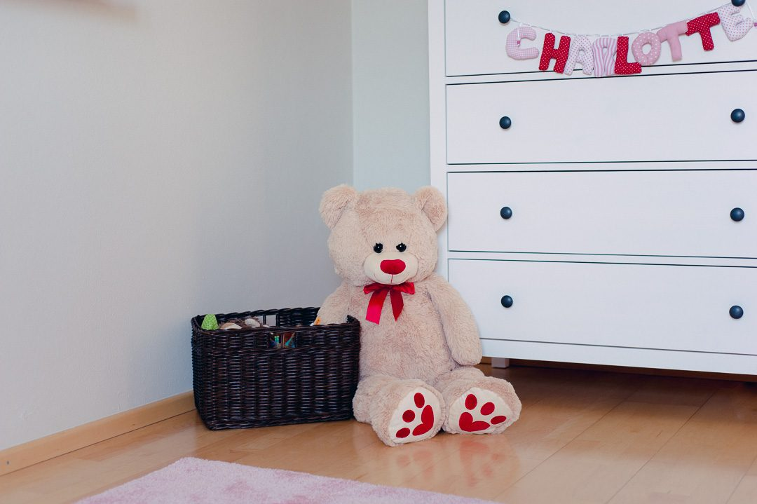 Teddybär in Kinderzimmer
