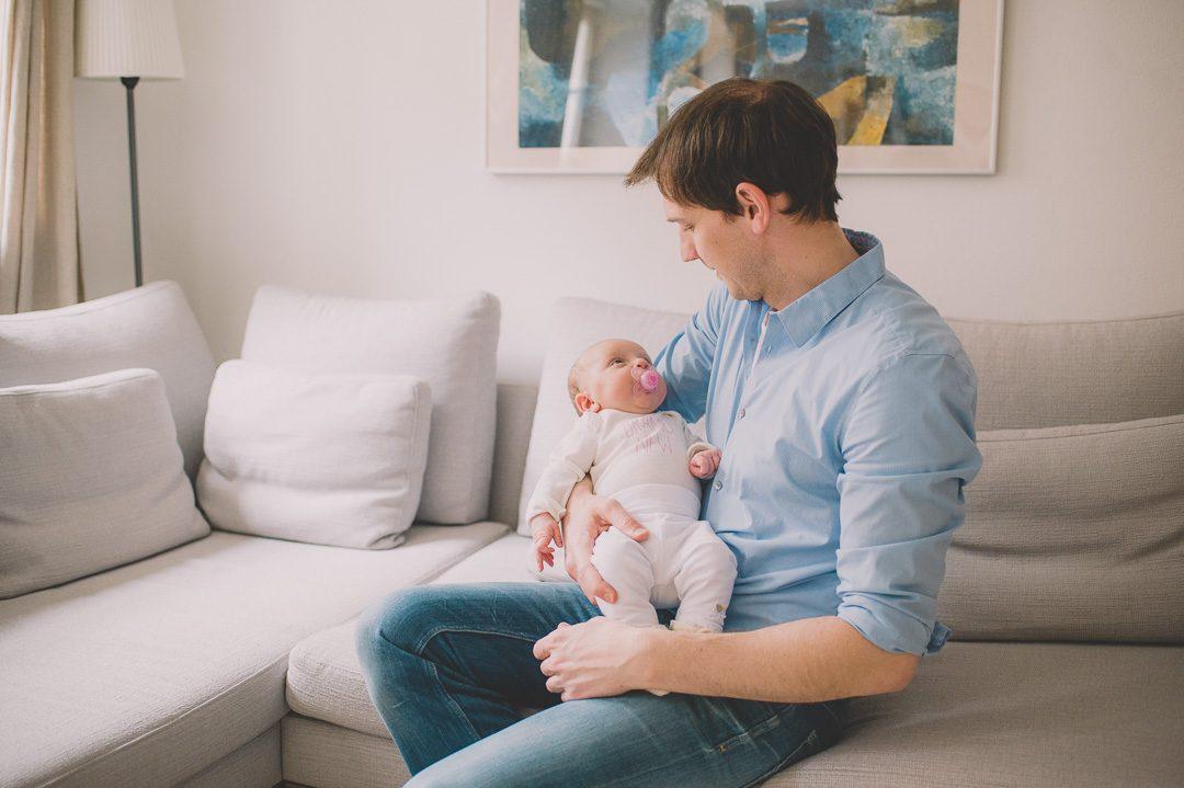 Babyfotos zuhause von Baby mit Vater