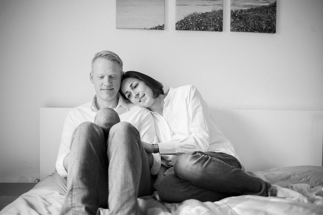 Junge Eltern zuhause mit neugeborenem Sohn
