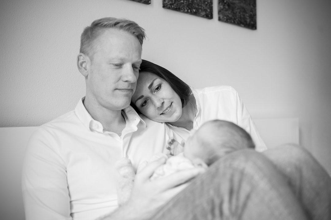 Eltern kuscheln mit Baby Jungen