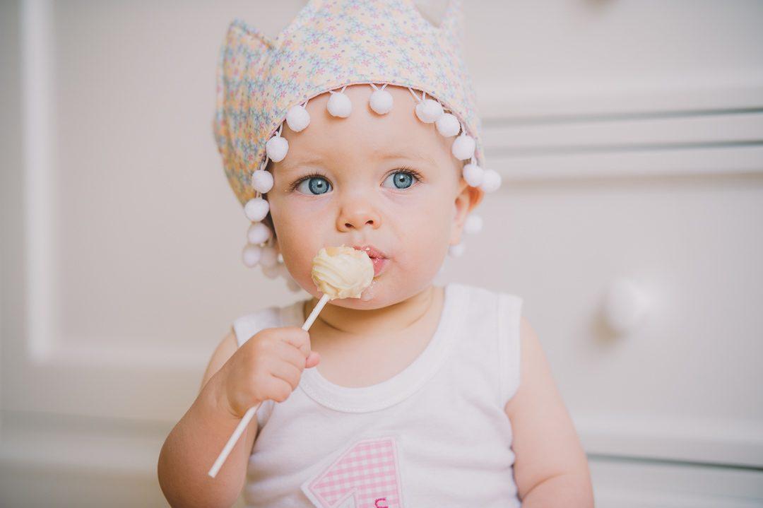 Einjährige feiert Geburtstag mit Cake Smashing