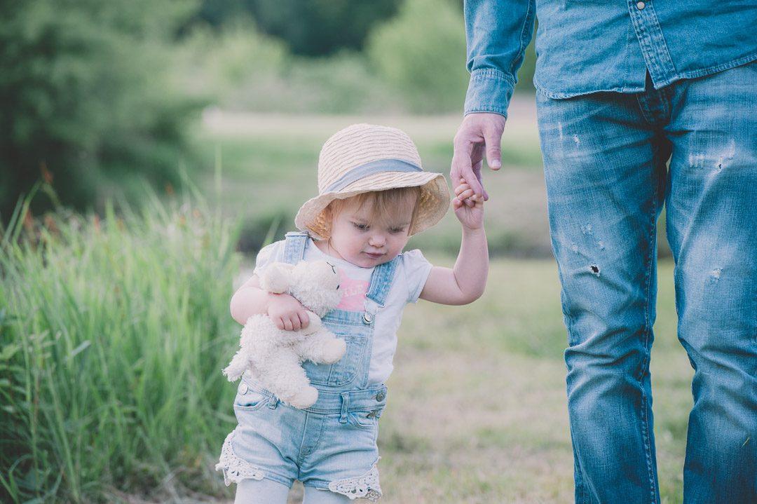Vater und Tochter während Familienfotos in Aichach