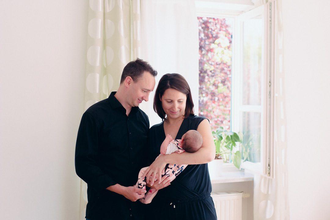 Junge Eltern mit erster Tochter