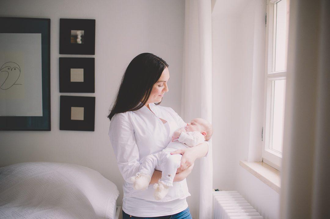 Junge Mutter mit Baby Tochter zuhause