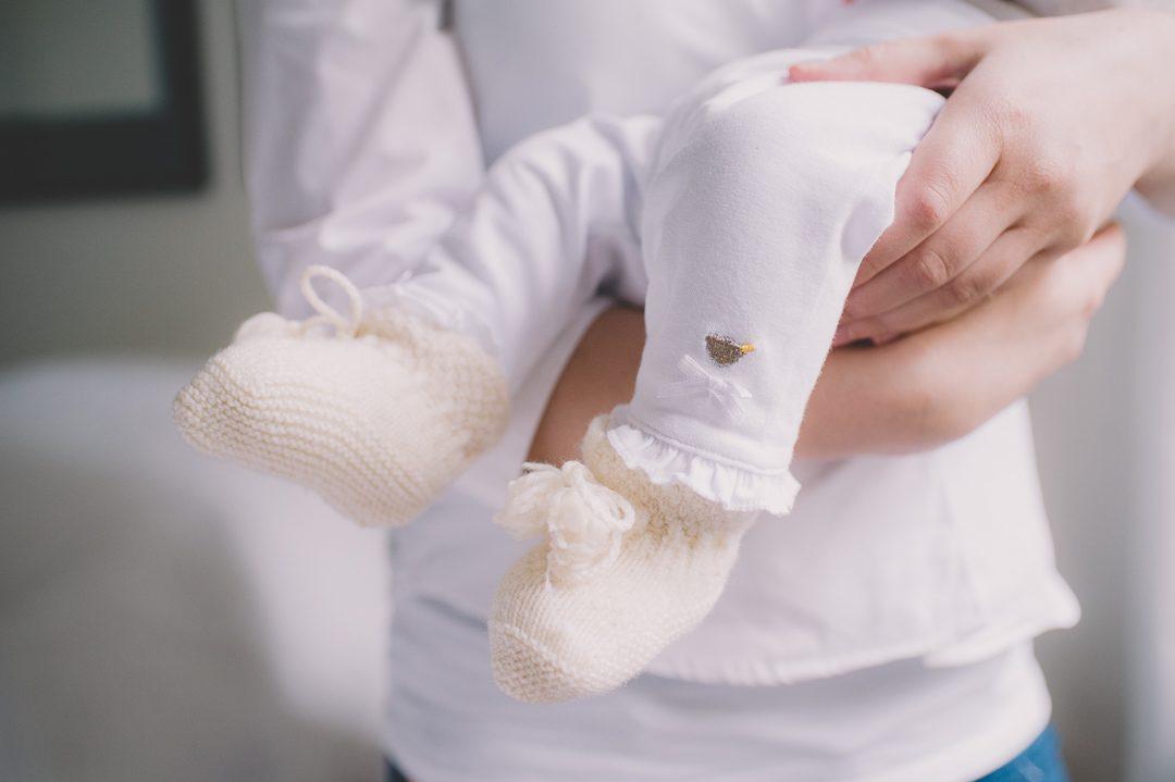 Selbstgestrickte Baby Socken in weiß