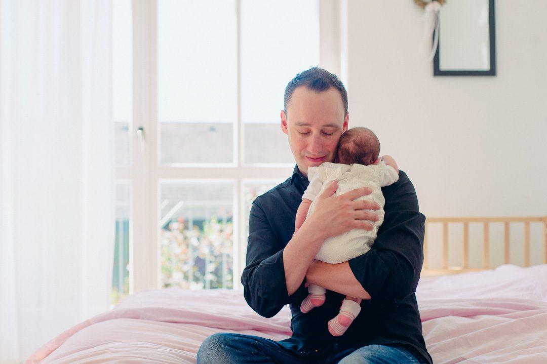 Baby Girl kuschelt mit Papa