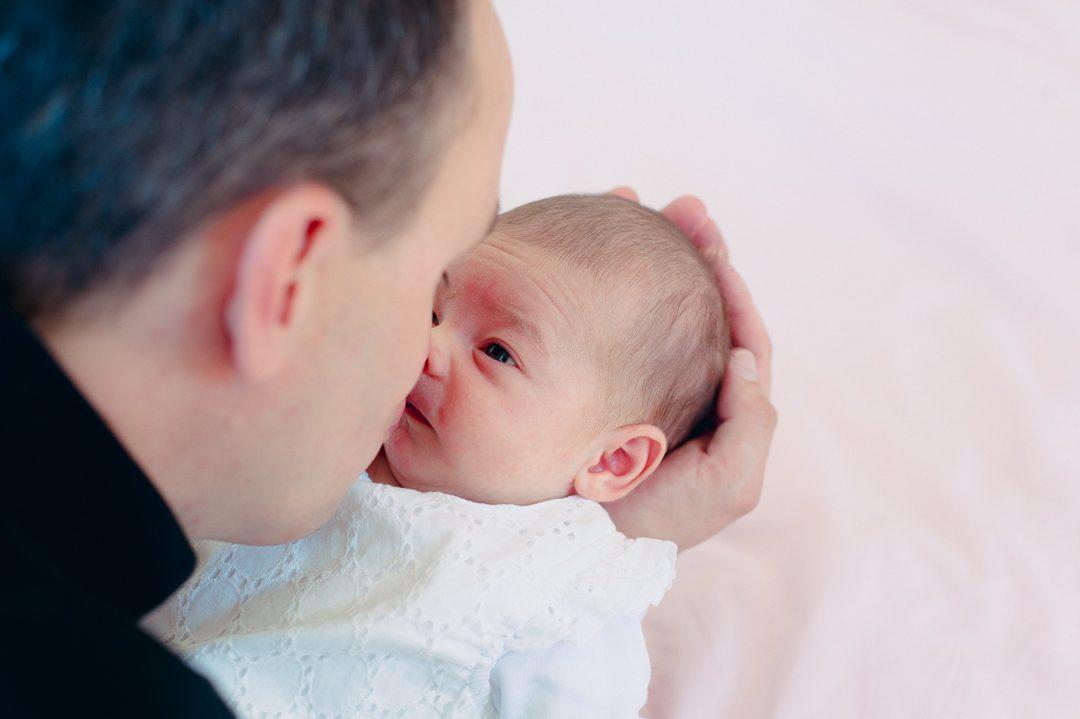 Baby schaut zu Papa auf