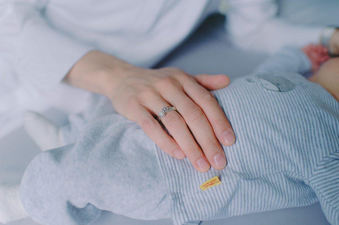 Mutter Sohn Geste während Babyfotos zuhause