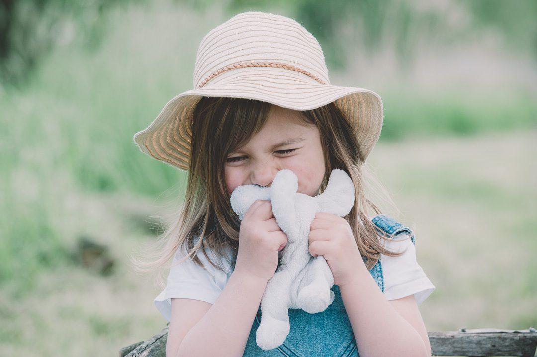 Kleines Mädchen drückt Lieblings Stofftier