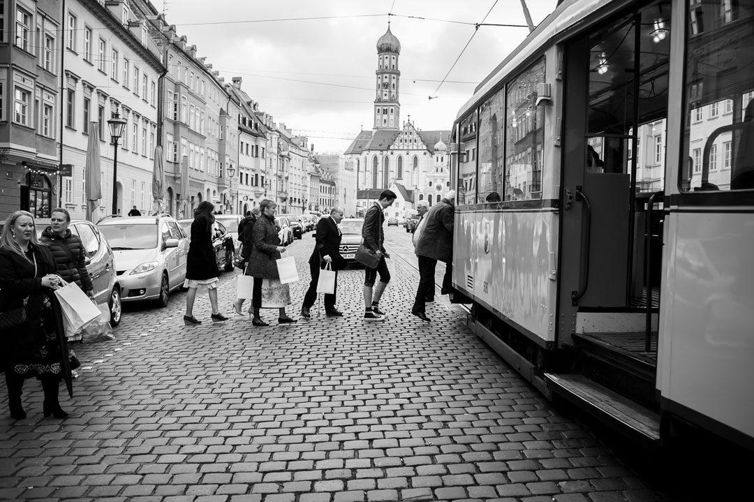 Hochzeitsgäste steigen in historische Straßenbahn ein