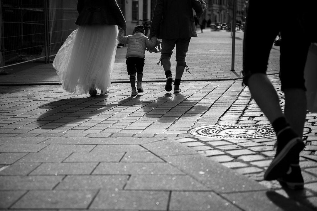 Brautpaar mit Sohn in Chucks