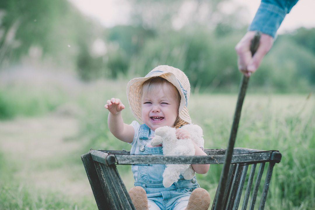 Weinendes Kleinkind in Bollerwagen