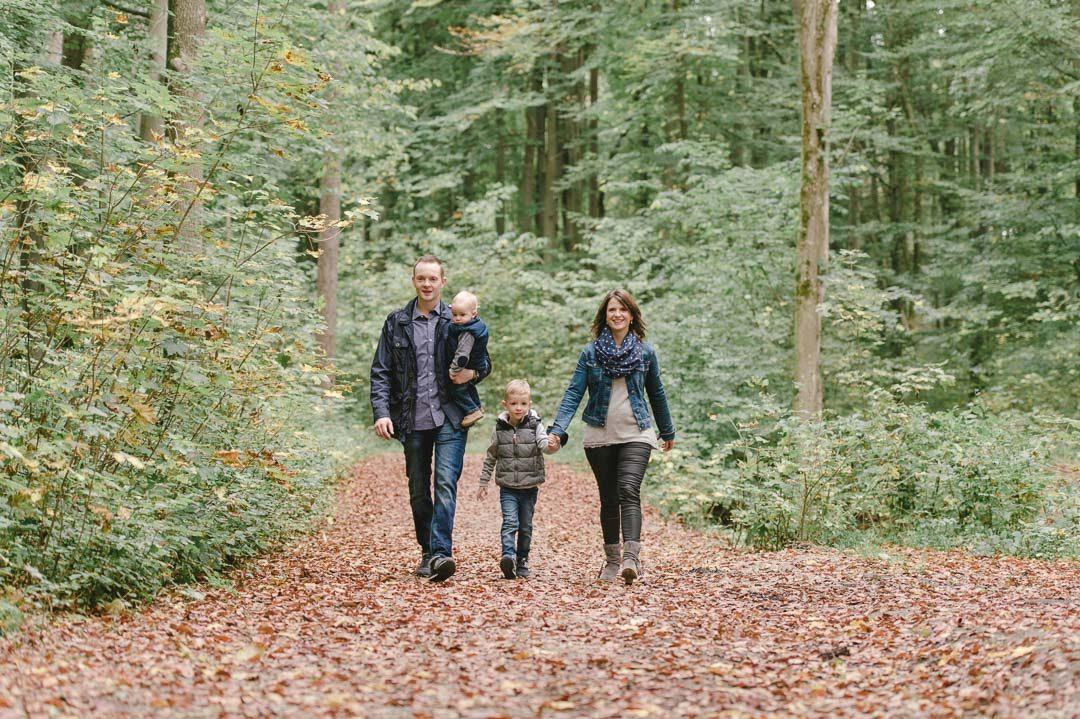 Familie mit zwei Kindern beim Waldspaziergang in Augsburg