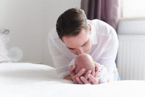 Papa mit erstgeborenem Sohn